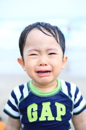 初めての海。泣いてる顔も愛おしいね。